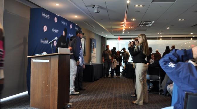 ヤンキースの選手と記念撮影、サインボールプレゼント