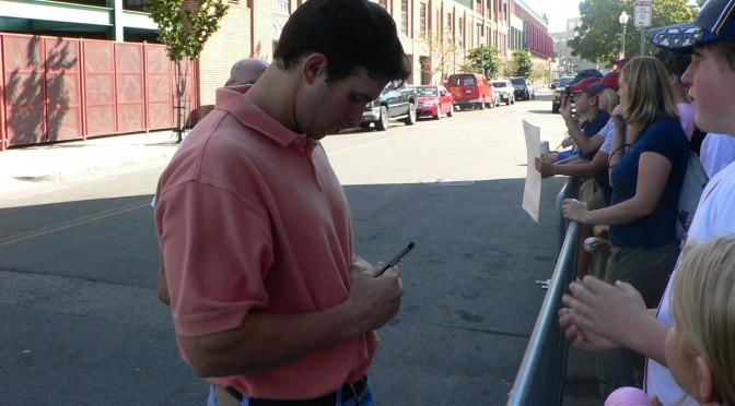 フェンウェイ・パークで選手からサインをもらう!